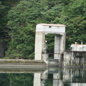 小さいダムですが道路からダム湖を挟んで遠くにしか見ることが出来ないため、ダムの姿も上流側からしか見れず、堤体の壁も見れませんでした。