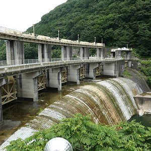 堤高28.7m、堤頂長150mはダムとして小さい部類ですが、まるでアーチダムのような孤を描く美しいダムです。