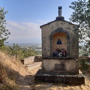 tabernacolo nei pressi della chiesa con ampio panorama