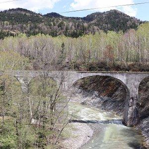 国道に架かる橋からよく見えます