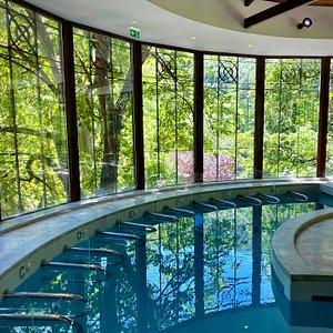 La piscine des thermes dominant le parc