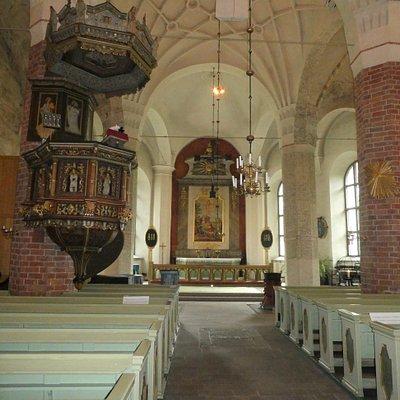Predikstol och altartavla i Orsa Kyrka i Orsa