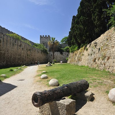 Medieval Moat - Entrance with cannon