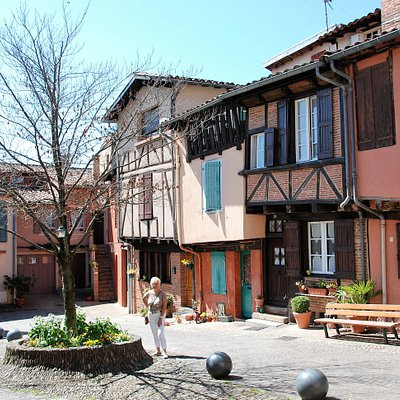 Souvenirs de mes Balades --- France -- Occitanie -- Belle architecture de la place Savène à Albi -- 20.08.31