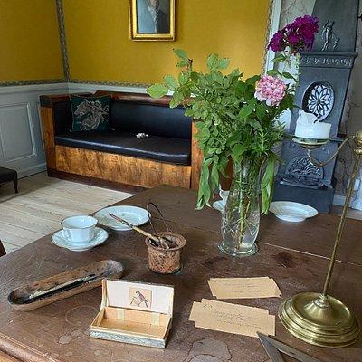 Kamma Rahbeks sofa hvor hun døde og spisebordet, der var hjemmets kerne