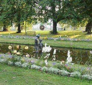 Statyn ''Hand i hand'' i Spegeldammen i Museiparken i Karlstad
