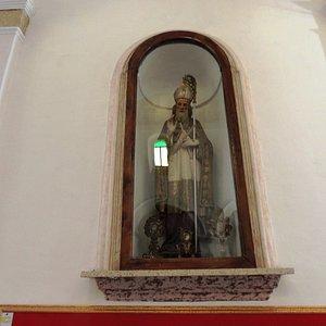 Nicchia con statua di Vescovo  e Ostensori  ai pieid