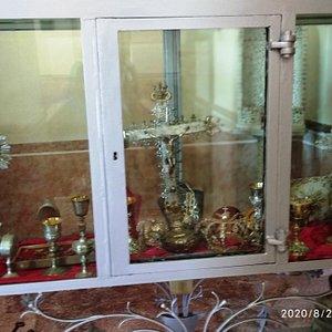 Vetrina con  oggetti Sacri,corone, Crocifisso ,calici  di pregevole  manifattura  tutto l'arredo ,   particolare lavorazione de calici