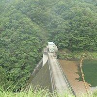 西荒川ダムは堤高43.5m、堤頂長116.0mの重力式コンクリートダムです。