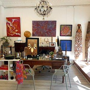 Objets océaniens, peintures aborigènes et contemporaines que l'équipe vous fera découvrir avec plaisir et passion!
