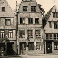 Das wohl älteste Giebelhaus im Schnoor. Einer meiner Bekannten hat als Kind im Schnoor gelebt - es war damals ein Armenviertel.