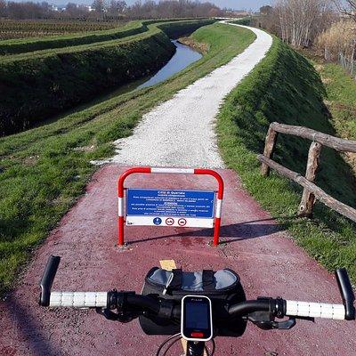 imbocco percorso ciclopedonale dalla strada principale