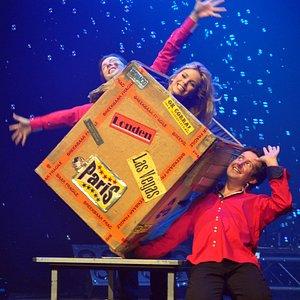 The flying box, the signature act of Magic Unlimited! La caja voladora!