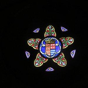 Un curieux petit vitrail à la forme originale et contenant  le blason de Combourg en son centre.