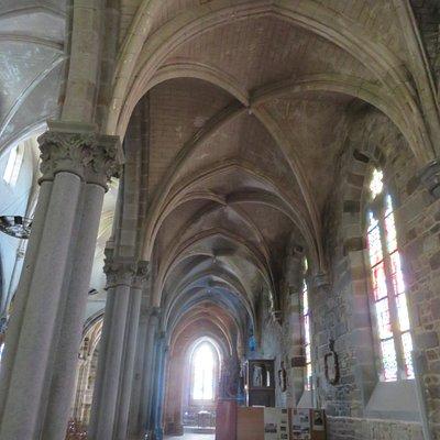 L'élégant plafond néo-gothique du déambulatoire situé à gauche de la nef.