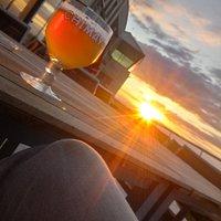 La terrasse de l'Aérodrome de Cerfontaine vous accueille avec un coucher de soleil époustouflant