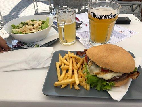 Mega-hamburger e Caesar salad