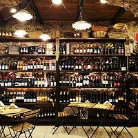Una parte della cantina di Siciliartegusto! Troverete un'ampia varietà di vini locali, tutti siciliani!  Dai vini fermi da tavola, bianchi, rossi e rosati, ai vini dolci liquorosi, prosecchi e grappe!