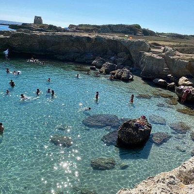 Acqua cristallina e posto poco affollato a due passi dalla caotica Grotta della poesia. Accesso alla spiaggia tramite scalette.