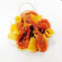 Mezzi rigatoni di Gragnano su cremoso di ricotta di bufala, con gamberi rossi e scorzetta di limone