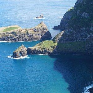 Panorâmica a partir do miradouro do Ilhéu Furado, com destaque para o ilhéu Furado e o Ilhéu de Álvaro Rodrigues, na Ilha das Flores, Açores, Portugal.