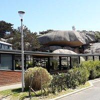 Le père Eternel dominant le quartier du Coz Pors à Trégastel sur le chaos de rochers roses au dessus de l'aquarium marin. Boulevard du Coz Pors.