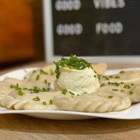 """Pierogi Therapy : """"Pierogi ruskie"""" Dumplings a la polaca con forma de media luna. Relleno vegetariano de patatas, queso blanco y cebolla."""