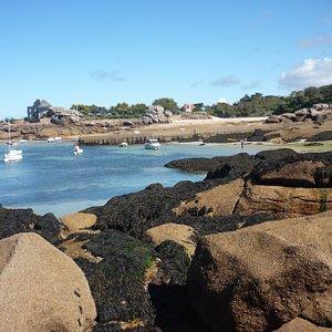 La cale du Coz Pors et la plage Pitet face au rocher le Dé à Trégastel.