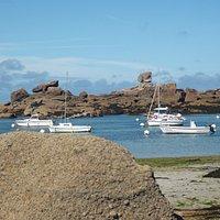 Le Dé devant les bateaux au mouillage au Coz Pors à Trégastel Coeur de la Côte de Granit Rose.