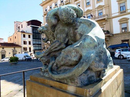 La statua del Romanelli al centro i piazza Ognissanti
