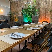 Foto  de patio interior con mesa montada e iluminación
