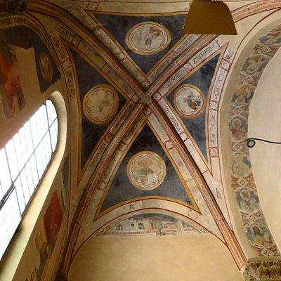 gli affreschi della volta nella cappella di San Bartolomeo (visti affacciandosi alla porta socchiusa)
