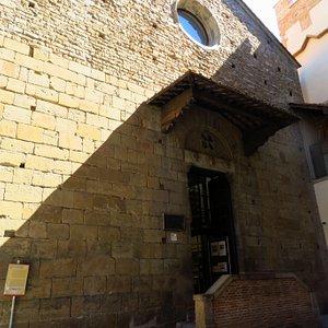 La facciata della chiesa che ospita la biblioteca
