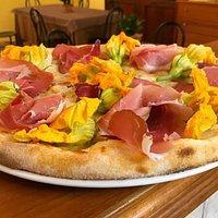 Pizza con Fiori di Zucca e Speck Tirolese
