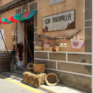 Traditional handicraft shop, specialized in palm leaf products. Founded in 1935.