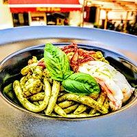 Maccarrones de Busa con salsa al basilico, gamberi e guanciale croccante