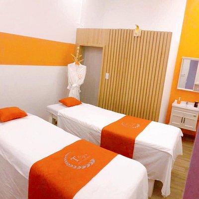 The Tspa là một trong những spa dành cho cả nam và nữ tại Tam Kỳ. Tôi rất ấn tượng về cách trang trí cũng như sự nhiệt tình của nhân viên tại đây. Trước đây tôi cũng đã từng đi spa nhiều nơi nhưng tôi thật sự bị cuốn hút khi trải nghiệm dịch vụ ở đây, nó làm tôi thật sự được thư giãn . Các bạn nhân viên đã được đào tạo rất nhiều các kỹ thuật massage đến từ các nước khác nhau như Thái, Ấn Độ, Bali,... The Tspa là spa có những dịch vụ tốt nhất ở Tam Kỳ, các bạn không nên bỏ lở.