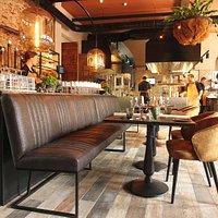 Restaurant, bar en inkijk openkeuken