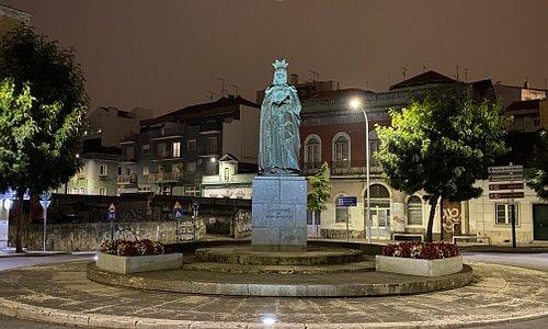 Statyn över drottning Leonor i Caldas da Rainha. Foto av Micke Rehn.