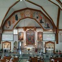 Le maître-autel et les magnifiques fresque de Guido Nincheri