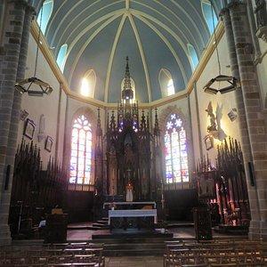 Le magnifique maître-autel entouré de belles stalles en bois sculpté.