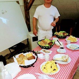 ejeren   af mejeriet/bryggeriet, Jørgen,  foran buffeen med diverse oste