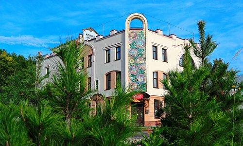 Фасад здания украшен прекрасным керамическим панно ручной работы - самым большим в городе.