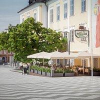 An schönen Tagen können Sie in einer einzigartigen Kulisse speisen, denn der Gastgarten des Schlossbräu liegt direkt am Kirchplatz vor der beeindruckenden Basilika zum Heiligen Michael.