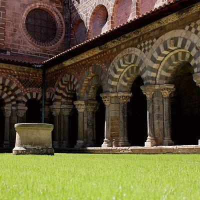 Vue de l'angle sud-ouest du cloître roman, avec ses arcatures polychromes (septembre 2020).