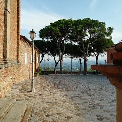 Qui con lo sguardo che si concede alll'immensita del Montefeltro coccolati dall'aura sacra del complesso, rapiti dal fervor vasariano.