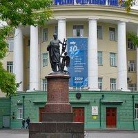 Архангельск. Памятник Ломоносову перед входом в университет