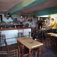 Le bar et le coin cheminée où Jordan cuit, mijote et grille ses viandes et autres aliments