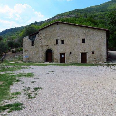 Il casale seicentesco adibito a centro di documentazione (alla sua sx sono gli scavi archeologici)