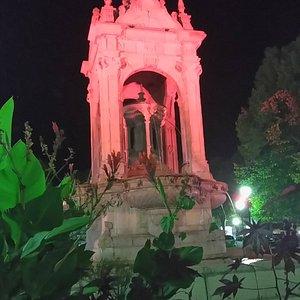 La fontaine de Chateaudun de nuit